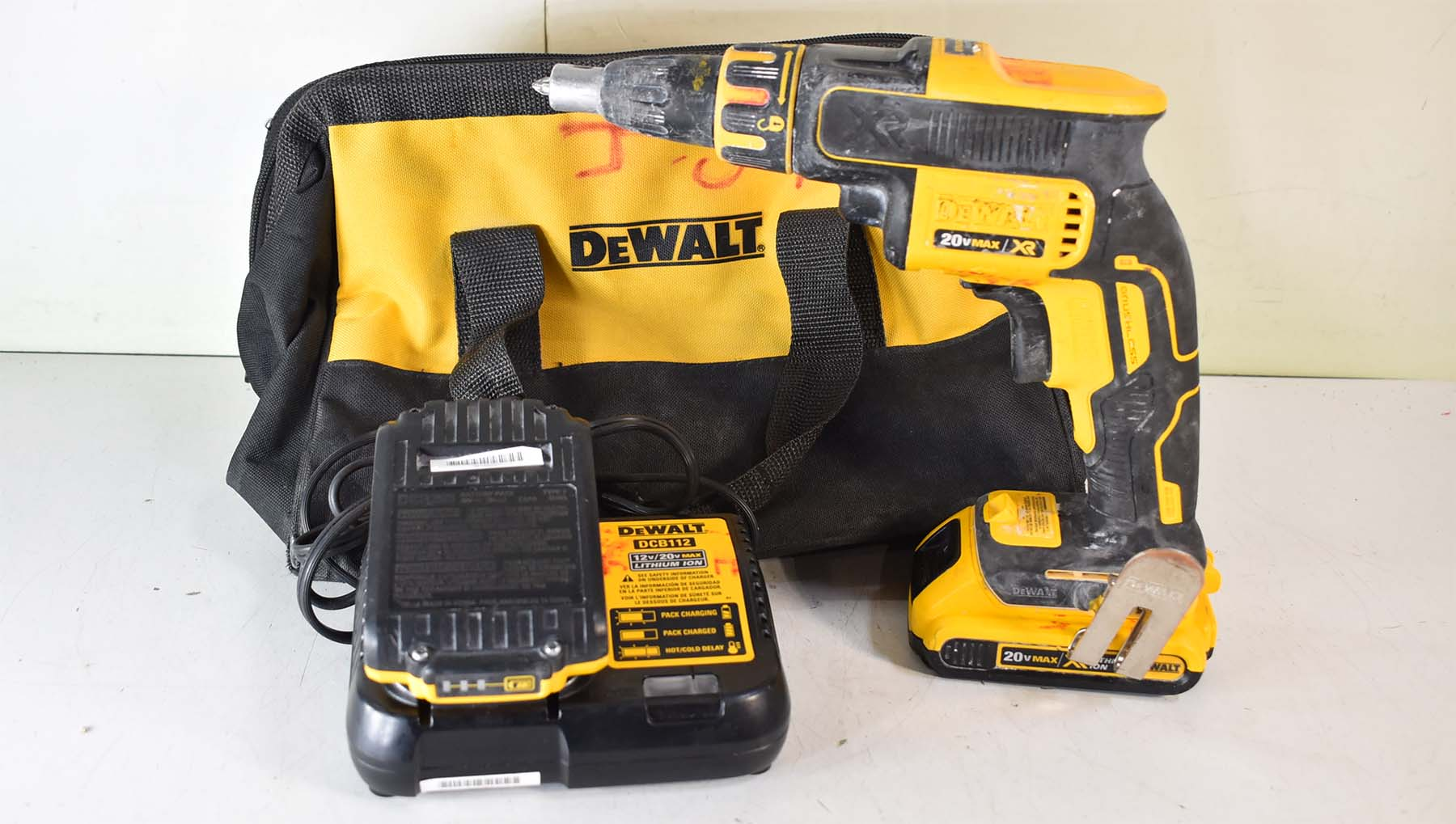 cordless screw gun set with bag charger and battery closeup picture