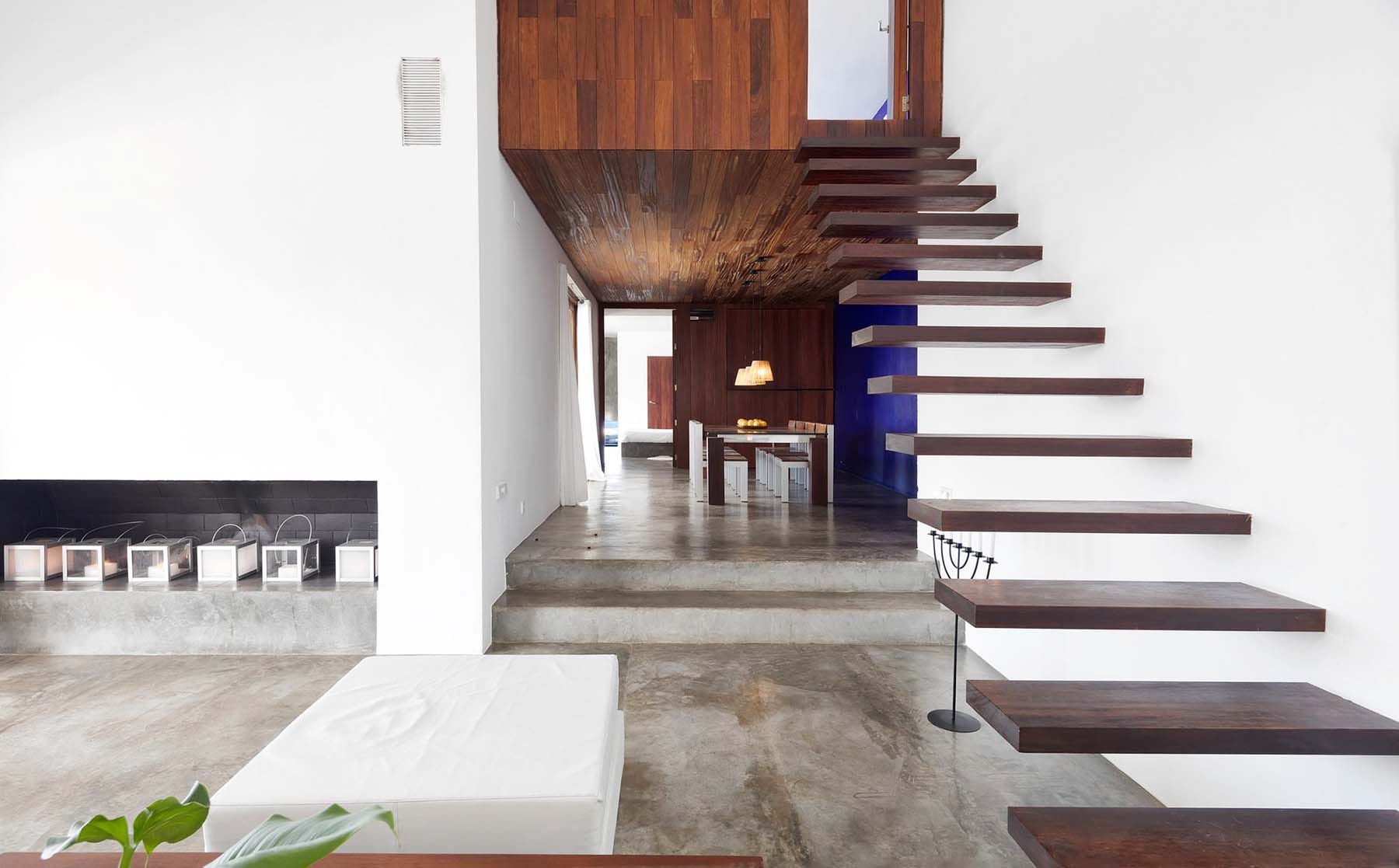 Stunning modern floating wood stairs with no railings. What a dangerous staircase design but at the same time very beautiful.
